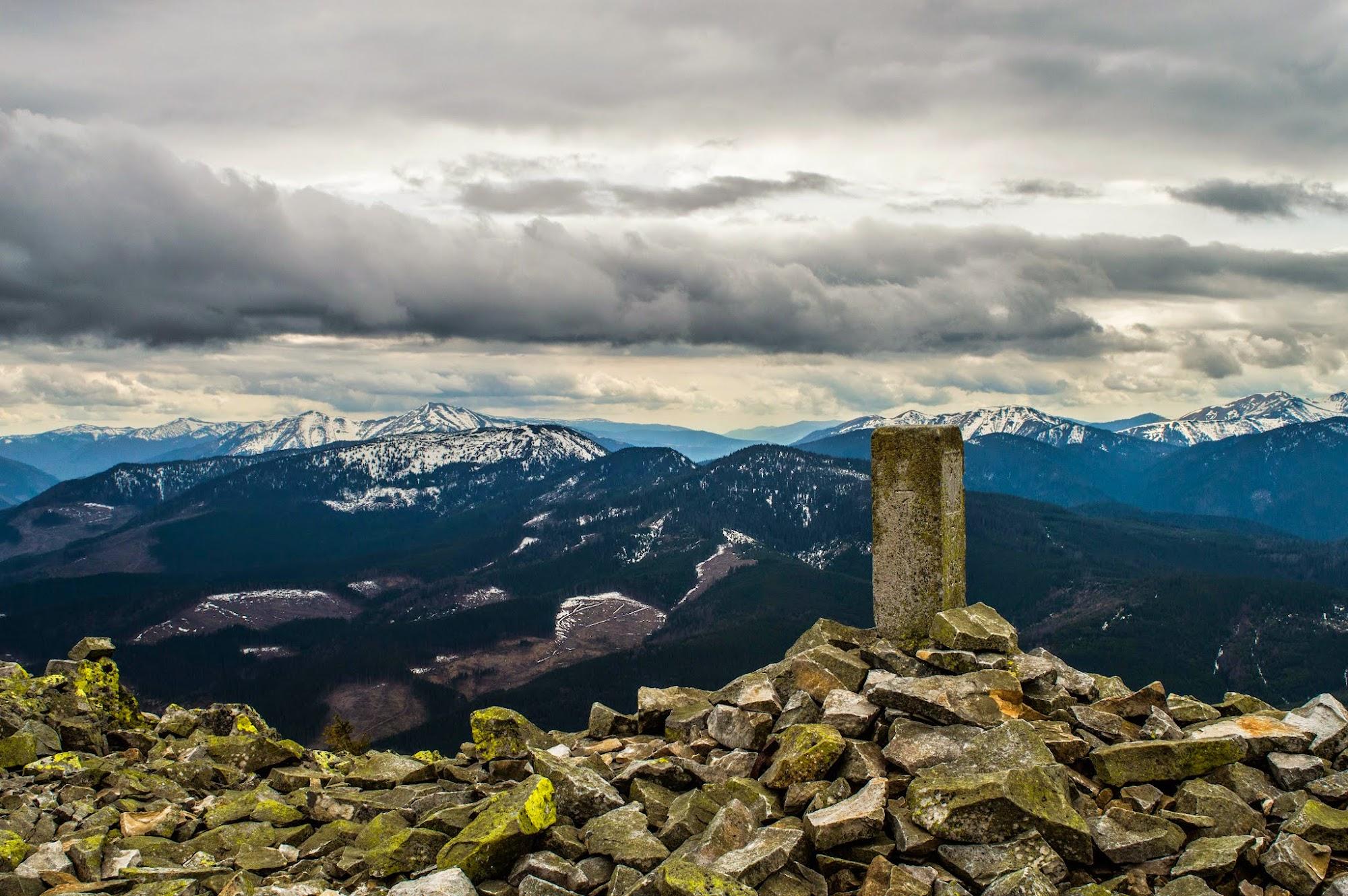 Старий прикордонний стовп на горі Попадя
