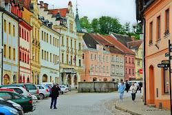 Ve městě je více možností stravování, ubytování či nákupu potravin; je zde také pošta, zdravotní středisko, čerpací stanice a vlakové nádraží.