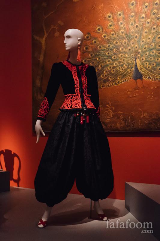 Oscar de la Renta, Evening ensemble: jacket, pants, and belt, Fall 1988.