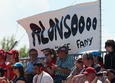 баннер болельщиков Фернандо Алонсо Alonsoooo на трибунах Каталуньи на Гран-при Испании 2013
