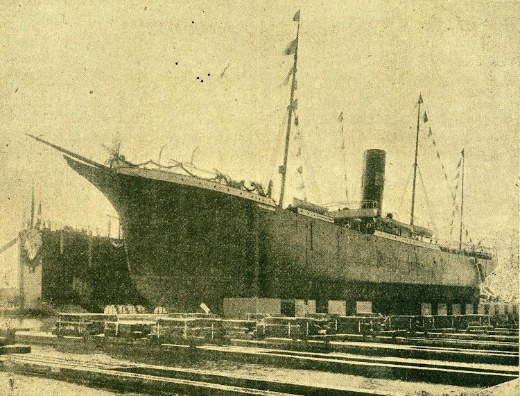 El vapor MIGUEL JOVER en el dique flotante y deponente. Se aprecian las elegantes y finísimas líneas del casco. De la revista BOLETIN NAUTICO. Año 1904.jpg