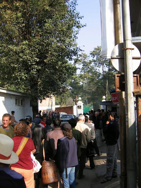Lang wachtrij voor de Indiase ambassade