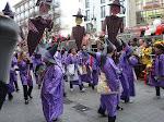 Karneval in Köln: Viele Leute in bunten Kostümen sind auf den Straßen