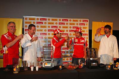 Фелипе Масса и Фернандо Алонсо готовятся выпить коктейли на спонсорском мероприятии Shell на Гран-при Абу-Даби 2011