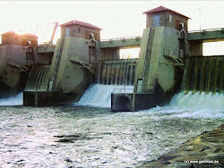 Betonová hráz vodní nádrže Kadaňský stupeň je 18 m vysoká a 104 m dlouhá. Vodní nádrž byla vybudována jako zásobní nádrž, zajišťující vodu pro průmysl a energetiku v regionu. Vzdutí nastává již od Rašovic. Rašovický jez na ř.km 129,3 je při plném vzdutí zatopen.