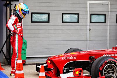 Фернандо Алонсо стоит и смотрит на свою Ferrari после квалификации на Гран-при Кореи 2013