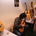 Toni Cotolí probando una guitarra Francisco Esteve