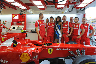 Мисс Вселенная в окружении механиков Ferrari на Гран-при Сингапура 2011