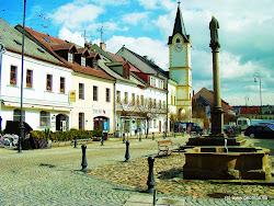 Z Vojkovic je vlakové spojení do jednoho z nejstarších sídlišť na Karlovarsku, města Ostrova, vzdáleného asi 6 km. Nejstarší písemná zmínka o Ostrově je z roku 1207. Měl výhodnou polohu na Královské obchodní cestě, díky čemuž město bohatlo a těšilo se z řady královských privilegií.