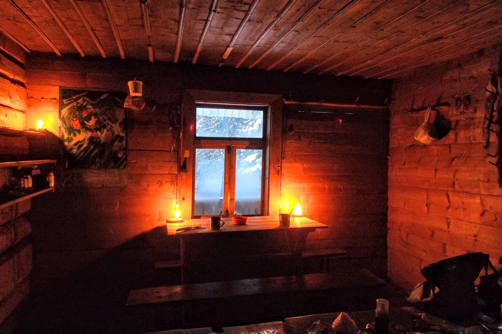 Інтерєр мисливського будиночоку в сідлі гір Молода та Яйко Перегінське