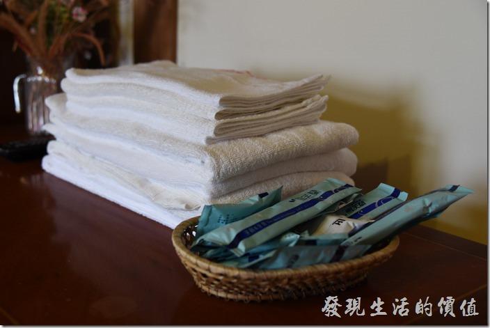 南投清境-珂之幄山莊。浴巾、毛巾及盥洗用具擺放在電視櫃的上面自取。