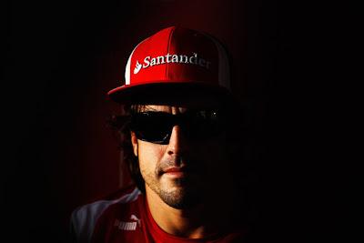 Фернандо Алонсо в темных очках на Гран-при Абу-Даби 2011