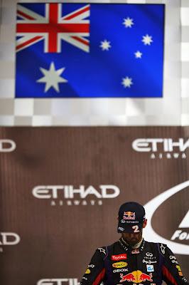 Марк Уэббер склоняет голову на подиуме Гран-при Абу-Даби 2013