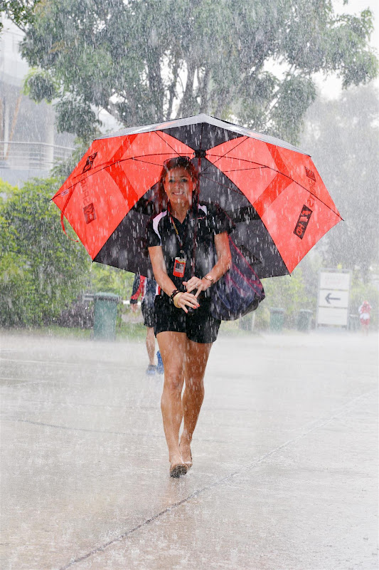 Натали Пинкхэм с зонтиком под дождем на Гран-при Малайзии 2013