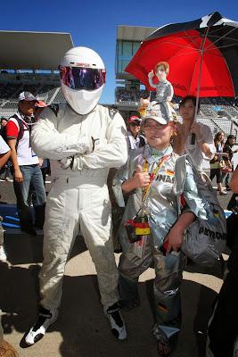 супер-болельщица Mercedes в серебряном костюме вместе со Стигом на Гран-при Японии 2013