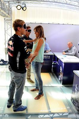 Себастьян Феттель и Кристиан Хорнер определяют на ощупь девушку на Гран-при Италии 2012