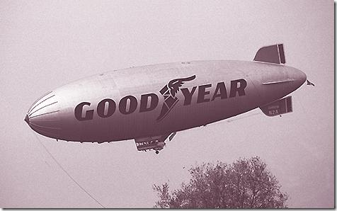 Dirigibile Good Year in volo (b-n)