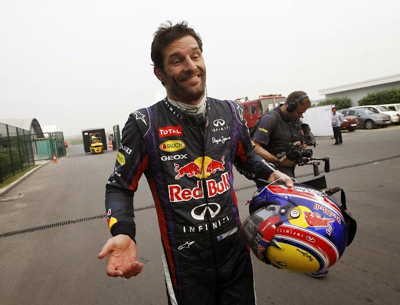 Марк Уэббер разводит руками после схода с дистанции из-за механических проблем на своем Red Bull на Гран-при Индии 2013