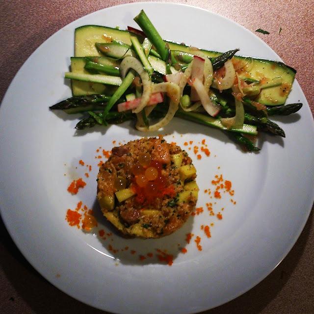 Tartare de saumon et mangue épicé accompagné d'une salade de rubans d'asperges