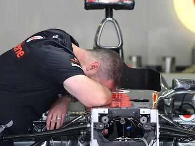 механик McLaren спит на болиде на Гран-при Венгрии 2011