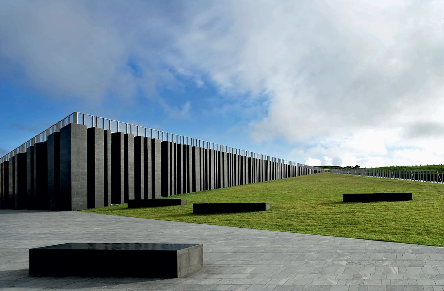 Antrim, Distretto di Antrim, Regno Unito: [GIANT'S CAUSEWAY VISITOR CENTRE BY HENEGHAN PENG ARCHITECTS]