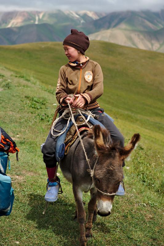 In Kyrgyzan la munte fiecare copil cu magarusul lui.