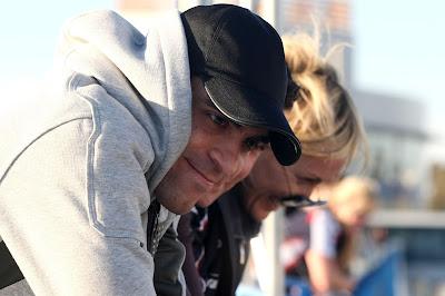 улыбающийся Пастор Мальдонадо и смеющаяся Бритта Роэске на предсезонных тестах 2012 в Хересе