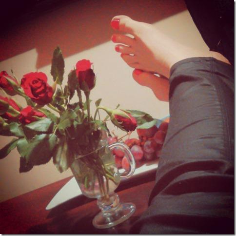 czerwone paznokcie, czerwone róże i winogrona