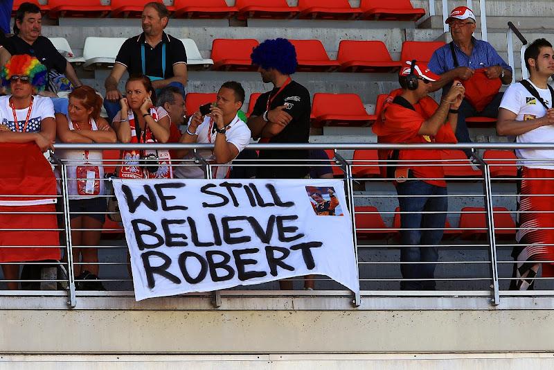 болельщики Роберта Кубицы с баннером в поддержку пилота на Гран-при Испании 2012