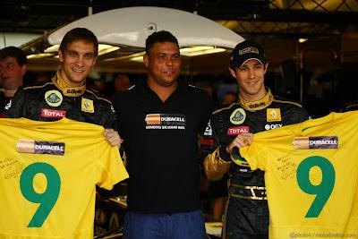 Роналдо в окружении Виталия Петрова и Бруно Сенны с футболками в боксах Lotus Renault на Гран-при Абу-Даби 2011