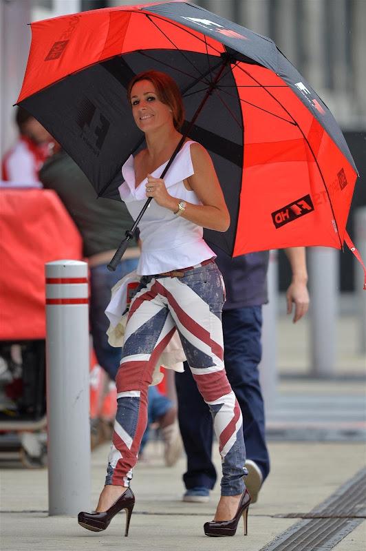 Натали Пинкхэм в джинсках с британским флагом и зонтиком в паддоке Сильверстоуна на Гран-при Великобритании 2013