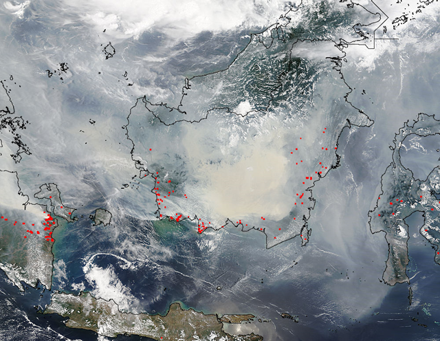 Smoke and forest fires in southern Sumatra and Borneo, 21 October 2015. Photo: LANCE MODIS Rapid Response