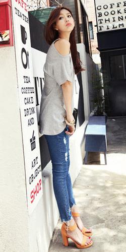 2 phong cach don gian voi jeans rach  3