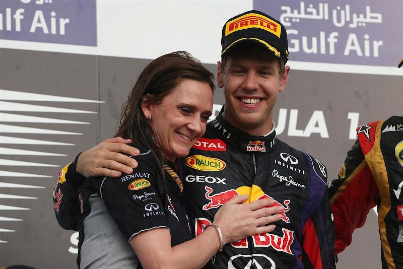 Джилл Джонс и Себастьян Феттель обнимаются на подиуме Гран-при Бахрейна 2013