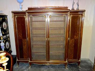 Книжный шкаф на гнутых ножках. 19-й век. Три двери. Позолоченный бронзовый декор.