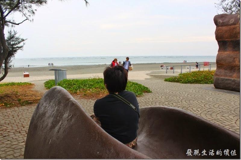 台南-觀夕平台。不想用趴的也沒關係,這裡還有一個裝置藝術,我猜應該是可以讓遊客坐在上面觀賞夕陽的東東吧!示範「看海的日子 」part II。