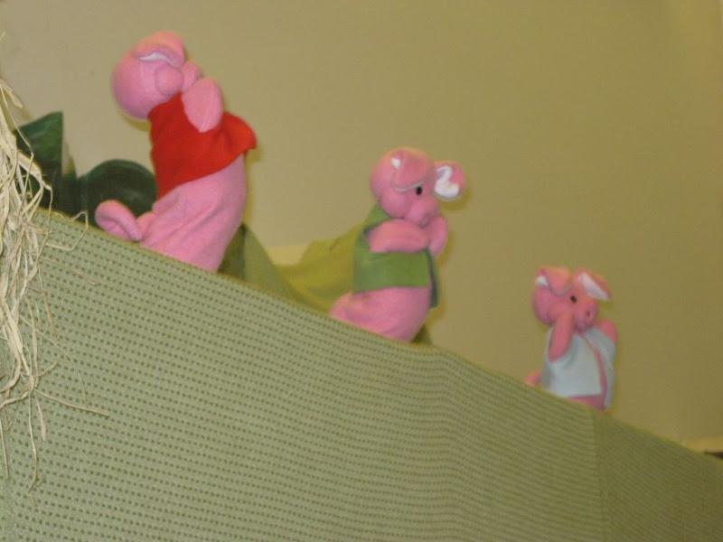 Három kismalac bábú a paraván felett