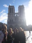 Jennifer Silber, Jamie Opra, Amy Simek und Priscilla Oskracar stehen vor Notre Dame Kathedrale