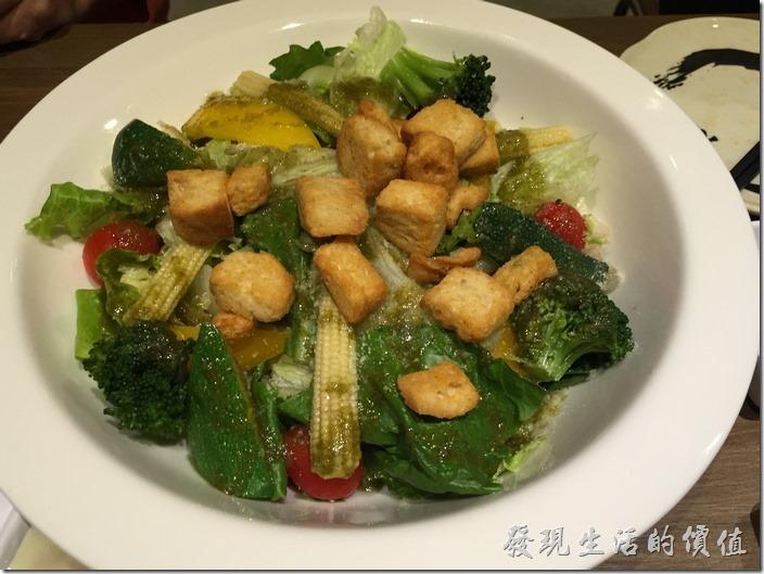 台北南港-乾杯燒烤。綜合野菜洋蔥沙拉(大),NT180。
