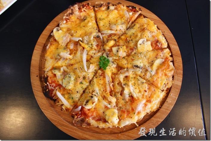 台南-巫比屋。脆皮披薩-洋蔥蘑菇燻雞口味,NT169,附一杯氣泡水。皮薄酥脆,非常好吃。