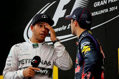 Льюис Хэмилтон делится впечатлениями с Даниэлем Риккардо на подиуме Гран-при Испании 2014