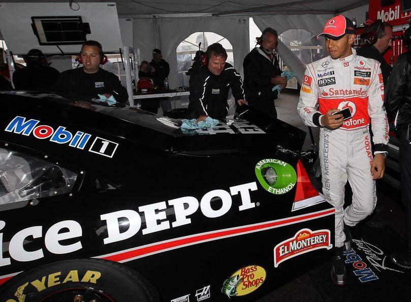 Льюис Хэмилтон присматривается к машине Тони Стюарта Mobil 1 Office Depot Chevrolet в Уоткинс-Глене на Mobil 1 Car Swap 2011