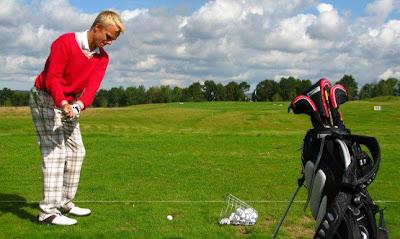 Хейкки Ковалайнен замахивается для удара по мячу для гольфа
