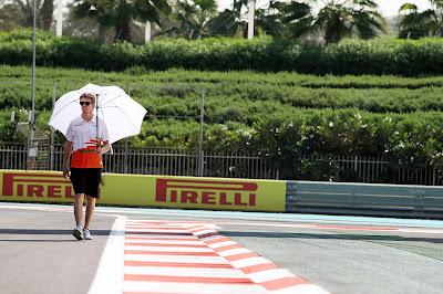 Нико Хюлькенберг под зонтиком на трассе Яс Марина на Гран-при Абу-Даби 2012