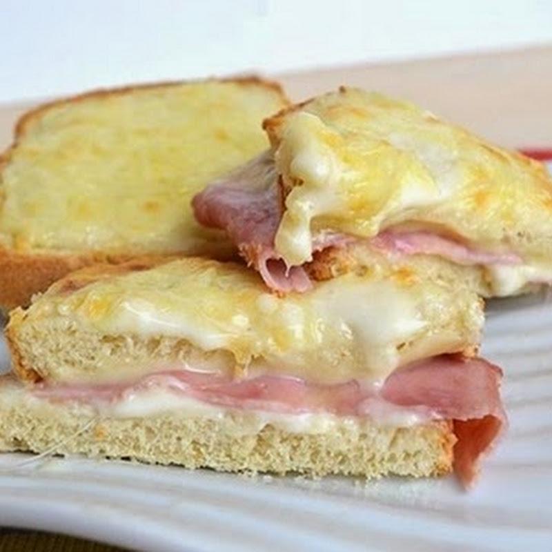 Σάντουιτς με μπεσαμέλ, ζαμπόν και τυρί