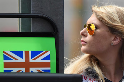 очаровательная пит-лэйн маршал в очках на Гран-при Бельгии 2014