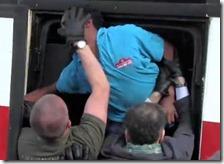 Un migrante non vuole salire sul pullman della Croce Rossa