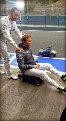 Льюис Хэмилтон и Нико Росберг на игрушечной машине Mercedes на тестах в Хересе 1 февраля 2014