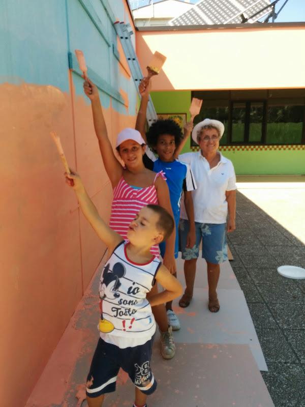 Volontariato dell'associazione i care insieme alla Banca del tempo per la sistemazione del giardino della scuola materna di Grottammare