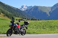 Beim Ort Oberwald im breiten Rhonetal. Auf dem Weg zum Nufenenpaß. Blick zurück Richtung Grimsel und Furka.